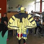 Die Künstlerin als Schwalbenschwanzschmetterling erzählt von den Talenten der kleinen Flieger