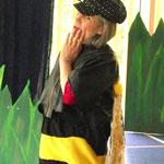 Andrea Dejon als Wespendame schwärmt von den tollen Fähigkeiten der Ameisen