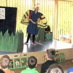 Alby von Schwalbenschwanz schaut sich nach anderern Schmetterlingen um