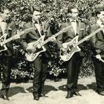 """De Haagse band """"The Dutch Daffodils"""" met drie Eko gitaren en waren alle geleverd door muziekhandel Bas van de Rest uit het Westeinde"""