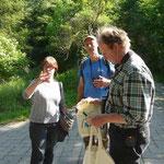 Übergabe von Gastgeschenken nach Biberführung 30.05.2014 v