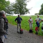 Führung zur artenreichen  Grünlandpflege mit Herrn Tulip 01.06.2014 (Foto: Hanne Uedelhoven)