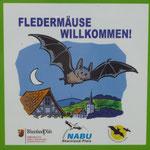 """Der NABU hat der Gemeinde Birresborn als Eigentümerin der Höhlen im Jahr 2012 die Plakette """"Fledermäuse willkommen"""" verliehen."""