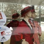 Jugendstilkleidung, eine Leihgabe der Galerie Remise, im Fenster der Tanzschule Wehrheim Gierok, Ort von Lesungen und Tanz. Foto von Beatrix van Ooyen - Ernst-Ludwig-Buchmesse 2018