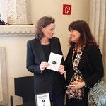 Veranstalterin Beatrix van Ooyen erhält als Zeichen der Wertschätzung der Aussteller von Nannette Niklewitz ein Geldgeschenk. Foto von Martin van Ooyen - Ernst-Ludwig-Buchmesse 2018