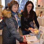 Das Heilwasser Bad Nauheims ist ihr Elixier: Dr. Beate Vogtherr (links) und Autorin Diana Dörr. Foto von Corinna Weigelt - Ernst-Ludwig-Buchmesse 2018