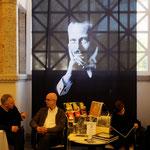 Unterhalb von Ernst Ludwigs Portrait Lesen und Gespräche. Foto von Uli Aechtner - Ernst-Ludwig-Buchmesse 2018