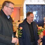 Peter Krank, 1. Stadtrat Bad Nauheims (links) und Bürgermeister Klaus Kreß begrüßen Kunsthistorikerin Dr. Britta Spranger. Foto von Corinna Weigelt - Ernst-Ludwig-Buchmesse 2018
