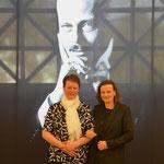 Sonja Böckmann (links) mit Beatrix van Ooyen vor dem Portrait von Ernst Ludwig. Foto von Lutz Böckmann - Ernst-Ludwig-Buchmesse 2018