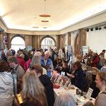 Besucher und Aussteller. Foto von Martin van Ooyen - Ernst-Ludwig-Buchmesse 2018