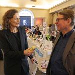Dr. Thomas Schwab Aussteller und Chef des Vereins Wind- und Wasserkunst wird interviewt - Foto von Annette Hausmanns, Ernst-Ludwig-Buchmesse 2018