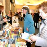Besucher und Aussteller. Foto von Petra Ihm-Fahle - Ernst-Ludwig-Buchmesse 2018