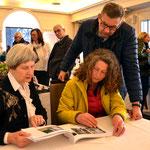Am Presse- und Gäste-Tisch Jugendstilexpertin Gisela Christiansen (links) mit Gästen. Foto von Petra Ihm-Fahle - Ernst-Ludwig-Buchmesse 2018