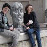 Künstlerin Annette Hinricher aus Münster (links) neben Ihren Skulpturen mit Veranstalterin der Buchmesse Beatrix van Ooyen - Foto von Annette Hausmanns, Ernst-Ludwig-Buchmesse 2018