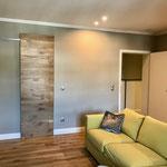 Wohnraum & Sicht auf Badezimmertür