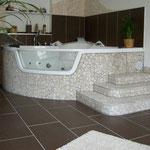 Kunststoffumrandung entfernt, neu gemauert mit Treppe und mit Natursteinmosaik gefliest