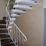 Goldeffekt Wischtechnik, Treppe gefliest und von unten verputzt