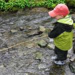 Fischen am Bach.