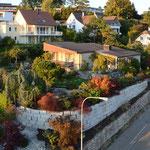 Sanierung und einer Eisenbahnschwellen-Mauer, inkl Bepflanzung, neu mit Granitmauersteinen