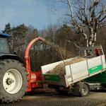Häckseln des Schnittgutes vor Ort Eberhard Gartenbau AG Kloten
