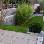 Ende der Arbeiten, Granit Blocksteinmauer. Die alte Schwellenmauer gehört dem Nachbarn und wurde später teilweise auch noch saniert. Siehe nächstes Foto.