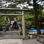 階段の先には春日山神社。その先にはまた階段が・・・