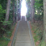 第一の難関、春日神社の階段。なかなかの段数です。