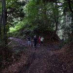 ここが第一エイド。コースは左、虎御前の墓は右。