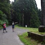 堰堤のところの大きな石碑が見えたら右折です。