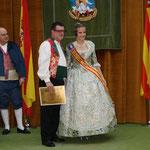Miguel Beltrán Crespo recibe su Bunyol de manos de la FMV2013