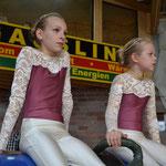 Jolin und Doreen in ihrem Riesenanzug....