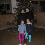 """Ja, bei uns in der Reithalle steht dieser wunderschöne Weihnachtsbaum ! Neele, Luise, Püppi und Lisanne haben dann ein """"Familienfoto"""" gemacht.JA, wir sind irre!"""