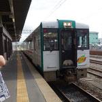東京から東北本線で何回も乗り換えて仙台駅から数駅行くと小牛田(こごた)駅で陸羽東線(奥の細道湯けむりライン)の新庄行きに乗り換えます。ここにくるまでですでに8時間以上