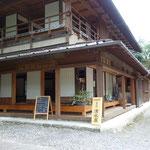 大阪屋さんの上側にある、宿の駅・清水屋さんです。若い女性がお店番してます