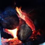 暖炉の薪もいい感じに燃えてます!