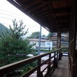 江戸屋旅館が見えます。ここから江戸屋旅館に人の出入りがあるか、じーっと見ていましたが誰も入りません!これで断られた理由が確定!!