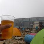 頂上小屋テント場で生ビール