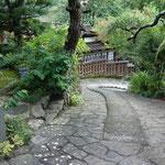 石畳は風情がありますが、これは保存指定された後に作られたもので、昔は木の階段だったようです
