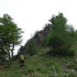 降りて見ると高座岩のデカさが目立ちます