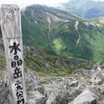 水晶岳山頂はとても狭かったです