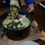 テント内で白湯鍋を作り、小屋に移動して田辺さんとお食事です