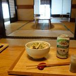 大阪屋に戻って、まずはつまみを作ります!きゅうりとツナとサラダチキンの和え物!ビールは持ってきました!