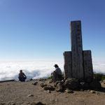 秋田、宮城、岩手の3県をまたぐ栗駒山山頂に到着