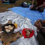 山頂ではコンビーフとポテトのテリーヌのおつまみを作りました