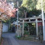 古民家に向けて出発 路地にある古い神社