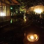 いきなり夜の箱根の養生館はるのひかりです!灯篭に灯が入ってます 素晴らしい!