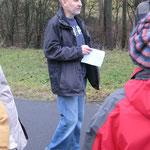 Matthias Möbs weist die Wanderer in die Strecke ein