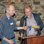 Robert Scheibel dankt Maximilian Burk für die 25 Jahre andauernde Betreuung der Aktion Streuobstwiesen