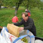 """Die Kelterei """"Rote Pumpe"""" in Nieder-Mörlen stellt bags bereit, die 400 kg bis 500 kg fassen. Entladen wird mit einem Gabelstabler."""