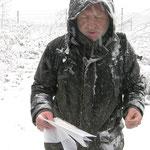 Der Organisator der Wanderung informiert über den Solarpark